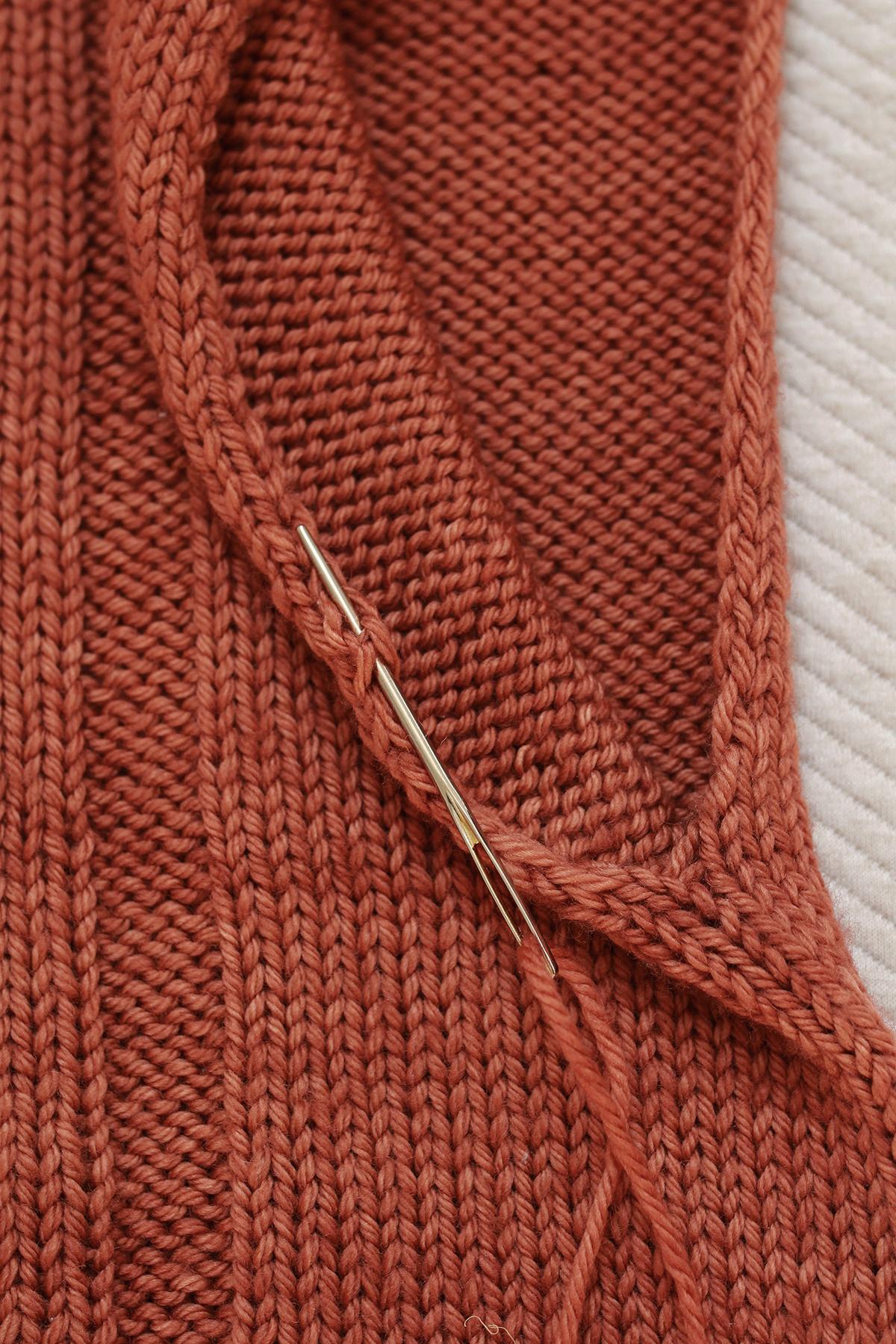 Sposób zszywania oczek wzdłuż otworu na rękaw w ręcznie dzierganym swetrze