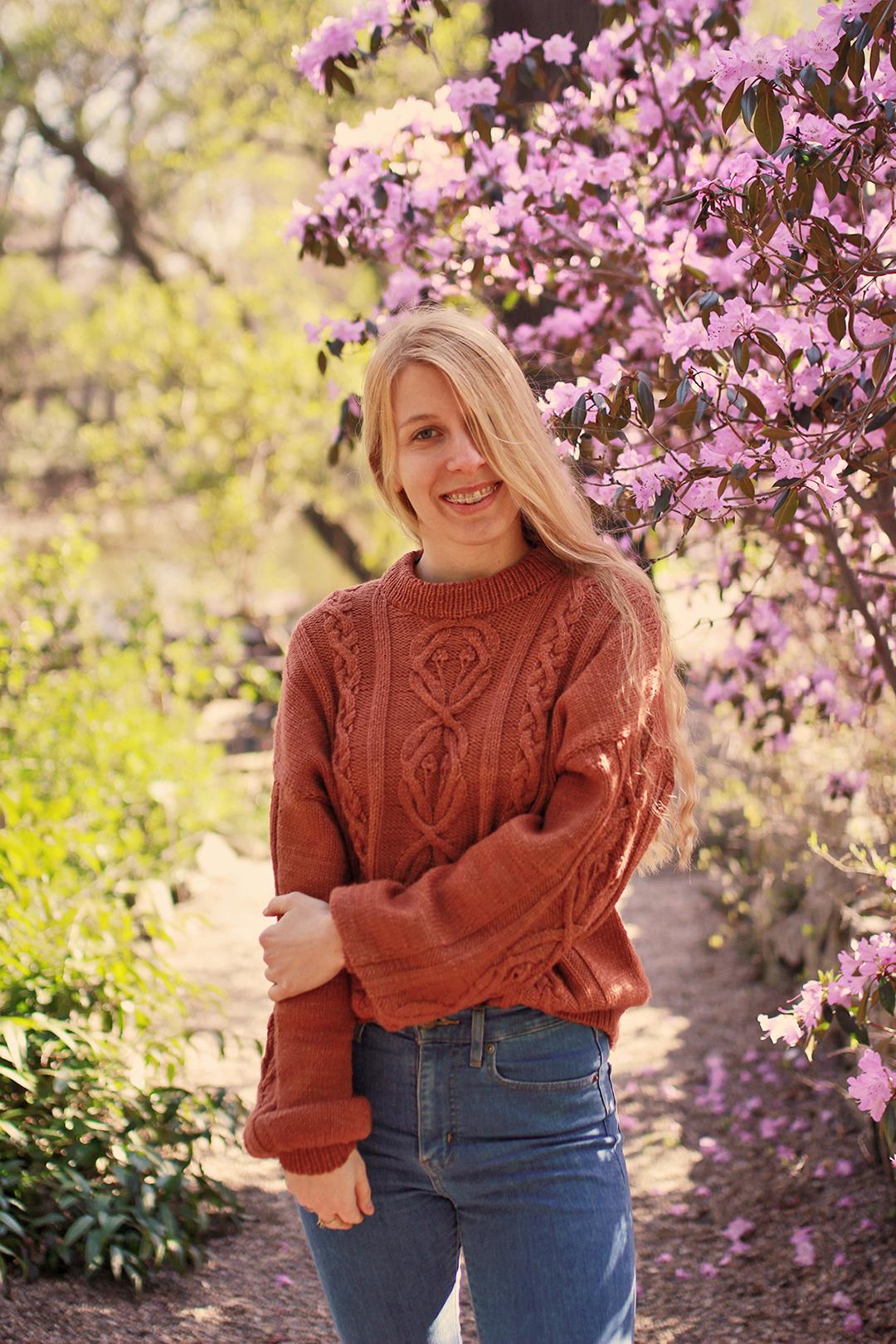 Warkoczowy sweter robiony na drutach