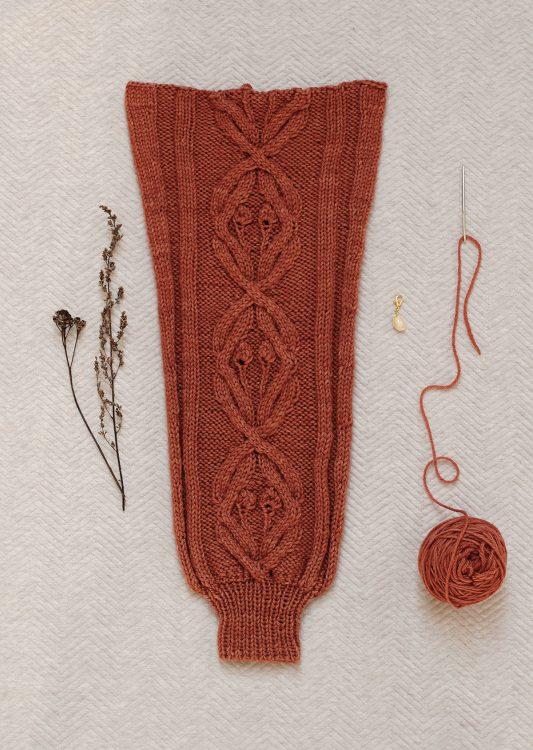 Ręcznie wydziergany rękaw warkoczowego swetra