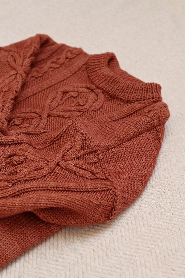Przyszyte rękawy w ręcznie dzierganym swetrze